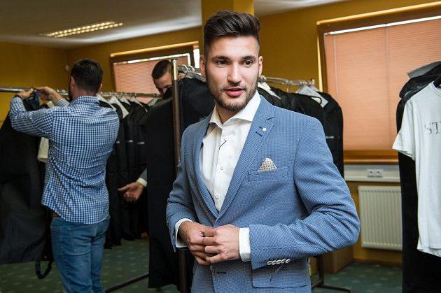 Michal Trávník během zkoušení obleků na srazu reprezentace do 21 let před nadcházejícím ME v Polsku.