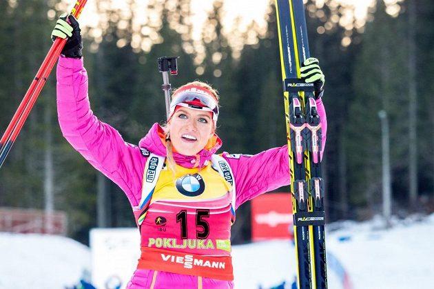 Gabriela Soukalová se raduje - i po úvodním závodě v Pokljuce zůstala ve žlutém dresu.