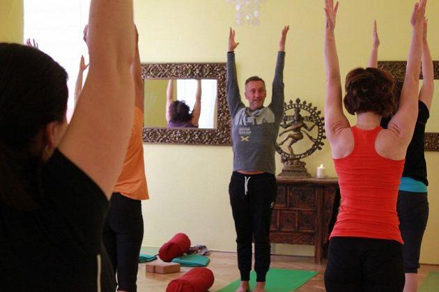 Jóga klade důraz na práci s celým tělem.