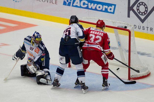 Vítkovický brankář Daniel Dolejš inkasuje v Třinci první gól. Na snímku uprostřed je obránce Richard Stehlík, vpravo útočník Jakub Orsava.