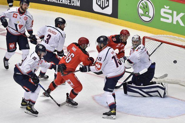 Nebezpečná situace před brankou Slovanu v utkání hokejové Ligy mistrů s Třincem.
