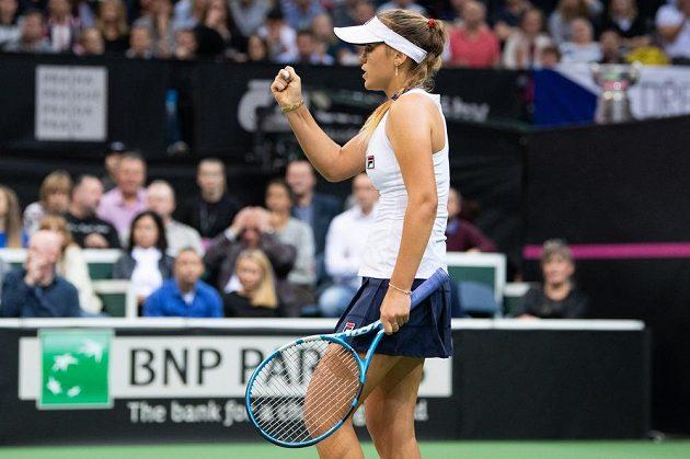 Sofie Keninová z amerického týmu oslavuje vítězný první set v zápase s Barborou Strýcovou ve finále Fed Cupu 2018.