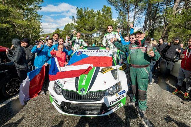 Jan Kopecký a Pavel Dresler se Škodou Fabia R5 v obklopení fanoušků na trati Katalánské rallye.