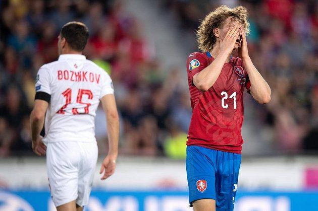 Český záložník Alex Král během utkání kvalifikace ME 2020 s Bulharskem.