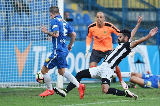 I druhý gól proti Larnace střílí Jan Sýkora (vlevo), Costas Mintikkis (vpravo) a brankář Rubén Mino (v pozadí) mu nezabránili.