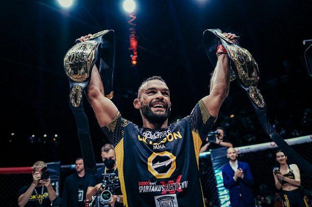 Ivan Buchinger se raduje ze zisku druhého titulu v organizaci OKTAGON MMA.