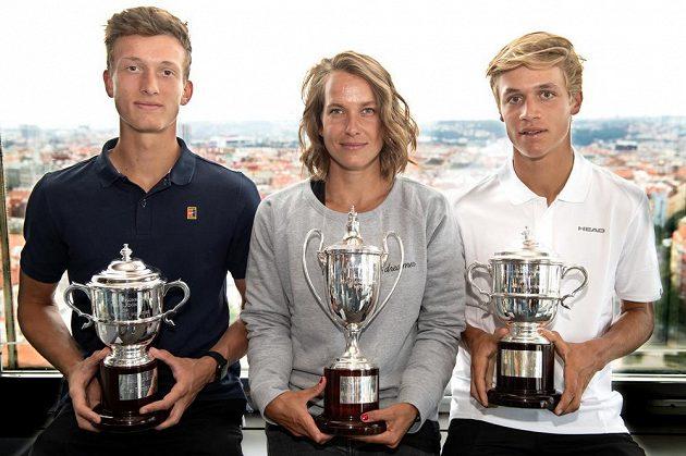 Tenistka Barbora Strýcová a junioři Jonáš Forejtek (vpravo) a Jiří Lehečka po návratu z Wimbledonu.