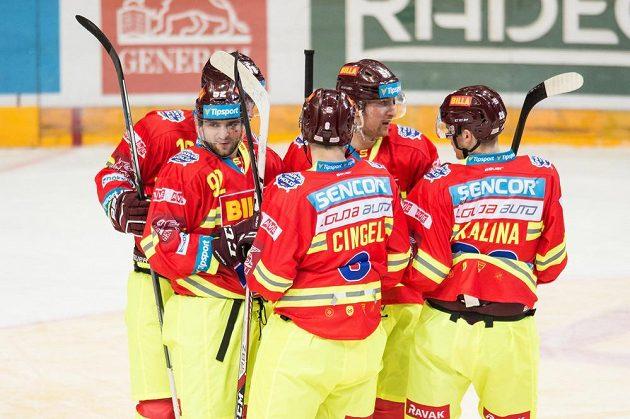 Hokejisté Sparty oslavijí třetí gól v brance Třince.
