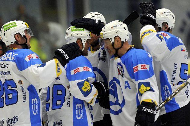 Hráči Plzně gratulují Martinu Strakovi (druhý zleva) k druhému vstřelenému gólu v utkání proti Zlínu.