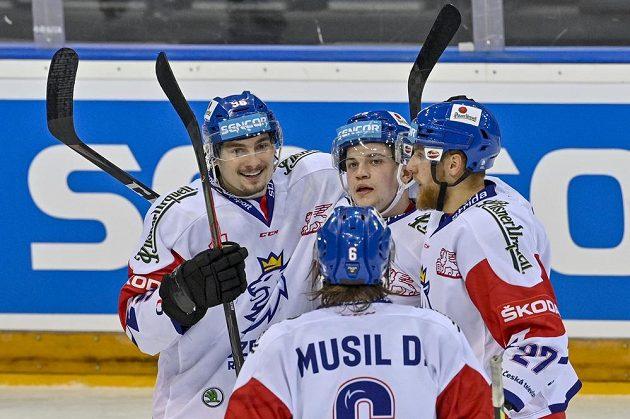 Střelec druhého gólu českého týmu David Tomášek (vlevo) se raduje se svými spoluhráči.