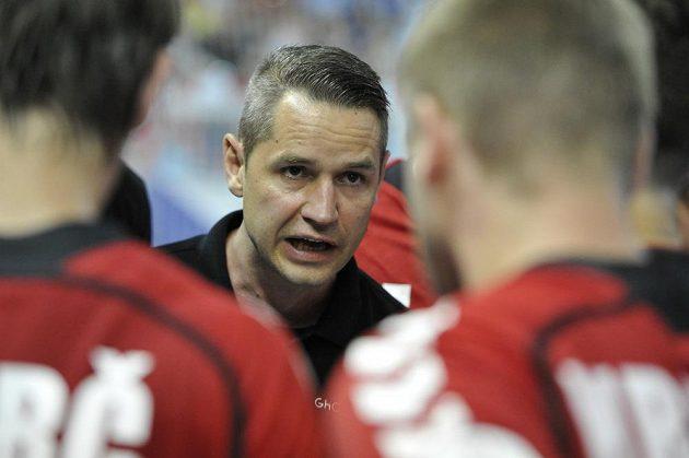 Trenér českých házenkářů Jan Filip uděluje pokyny svým svěřencům v kvalifikačním střetnutí s Francií.