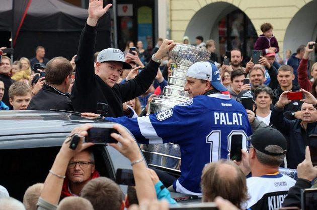 Hokejový útočník Ondřej Palát a jeho otec Pavel se slavným Stanley Cupem na náměstí Svobody ve Frýdku-Místku.