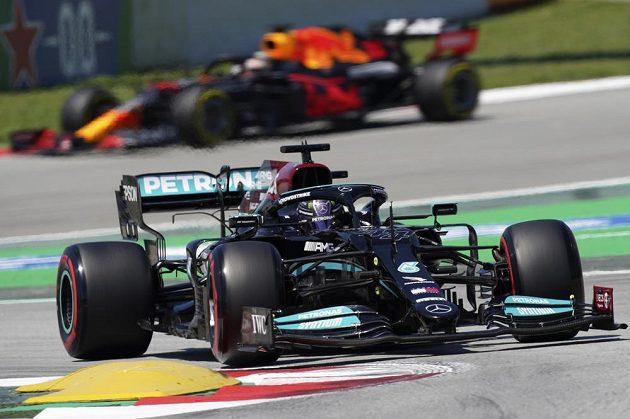 Pilot Mercedesu Lewis Hamilton projíždí zatáčku v závodě formule 1 ve Španělsku.