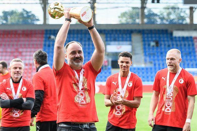 Trenér Slavie Jindřich Trpišovský s trofejí za vítězství v MOL Cupu.