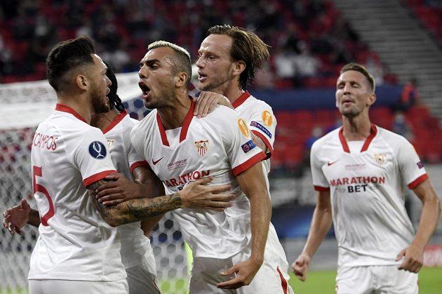 Radost fotbalistů Sevilly po úvodním gólu v Superpoháru proti Bayernu Mnichov.