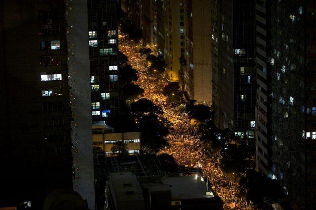 Protestující v ulicích města Rio de Janeiro.