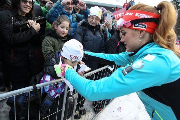 Gabriela Koukalová daruje medaili Kateřině Zelnické při biatlonové exhibici.