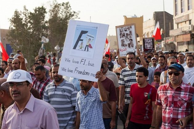 Výmluvný vzkaz demonstranta v Bahrajnu: Milujeme formuli 1, ale ještě víc milujeme svobodu!