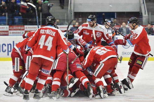 Hokejisté Olomouce se radují z vítězství v prodloužení na plzeňské ledě.