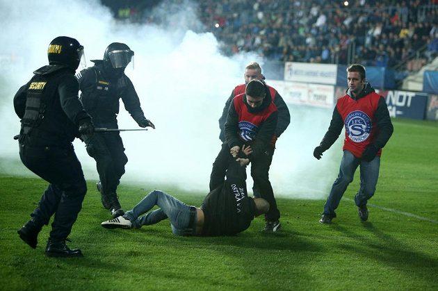 Jeden z ostravských fanoušků vyběhl v Uherském Hradišti se světlicí na hrací plochu.