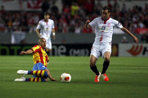Sofiane Feghouli (vlevo) z Valencie a Fernando Navarro ze Sevilly bojují o míč.