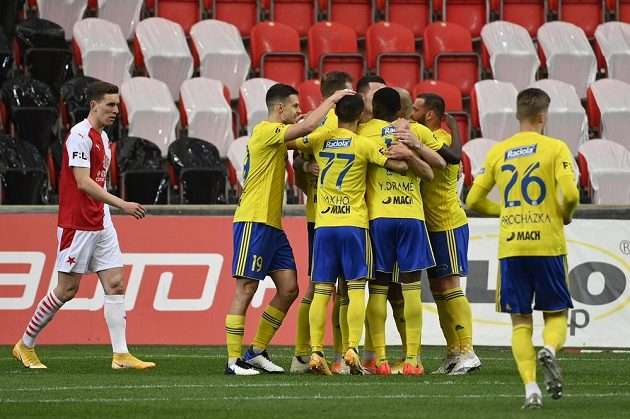 Hráči Zlína se radují z prvního gólu.