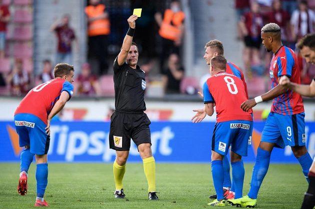 David Limberský (8) z Viktorie Plzeň vidí od rozhodčího žlutou kartu během utkání se Spartou.