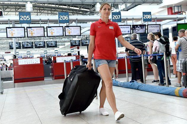 Eliška Klučinová na letišti Václava Havla před odletem na atletické mistrovství světa do čínského Pekingu.