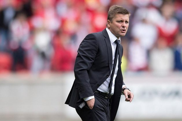 Trenér Slavie Praha Dušan Uhrin během zápasu se Spartou.