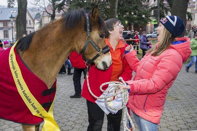 Olympijská vítězka ve snowboardkrosu Eva Samková dostala na slavnostním přivítání olympioniků v rodném Vrchlabí vysněného koně. Uprostřed je maminka Ludmila Samková.