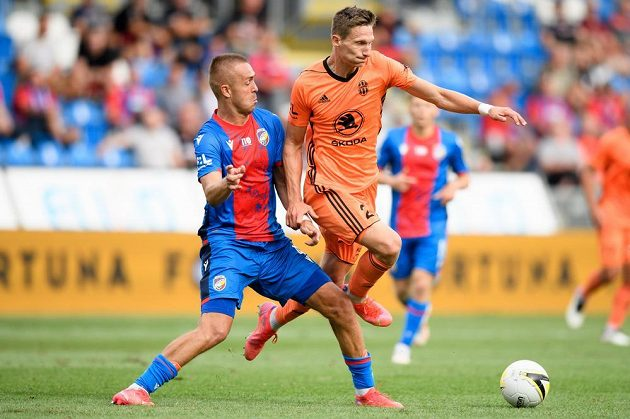 Luděk Pernica z Viktorie Plzeň a Milan Škoda z Mladé Boleslavi během utkání 1. kola.