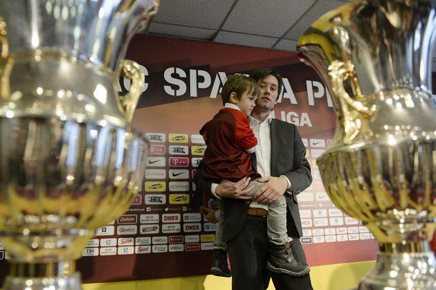 Fotbalový záložník a bývalý kapitán české reprezentace Tomáš Rosický se synem na tiskové konferenci, kde oznámil ukončení své hráčské kariéry.