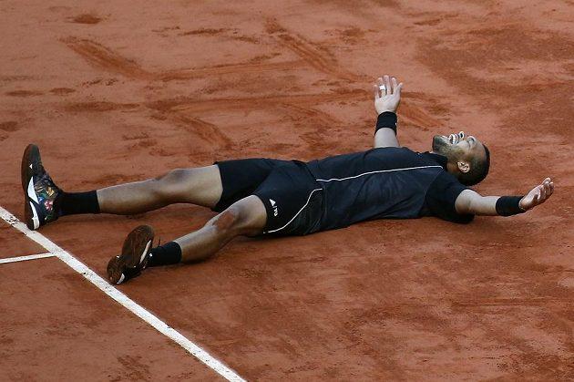 Francouzský tenista Jo-Wilfried Tsonga slaví postup do semifinále French Open.
