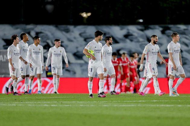 Fotbalisté Realu Madrid nevyužili šanci dostat se do čela španělské ligy. V 35. kole remizovali 2:2 se Sevillou, bod zachránil v nastavení Hazard.