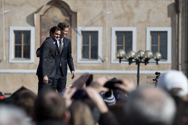 Tenisté Roger Federer ze Švýcarska (vlevo) a Tomáš Berdych se setkali na Staroměstském náměstí v Praze se svými fanoušky.