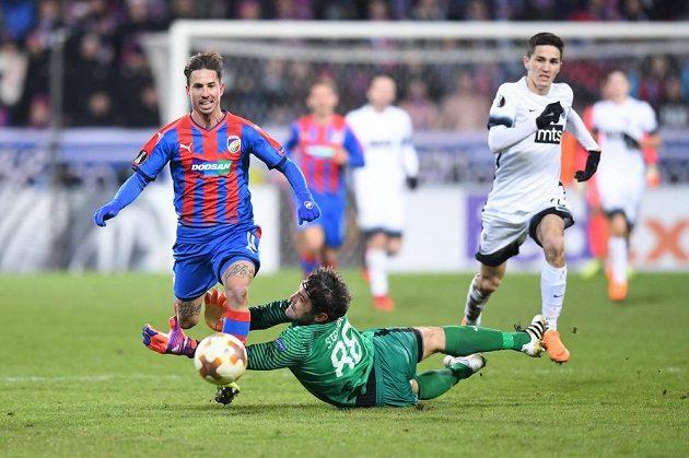 Milan Petržela prchá v nastaveném čase brankáři Partizanu Stojkovičovi.