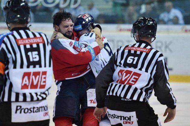 Jan Stránský z Liberce a Nicholas Schaus z Pardubic v hromadné šarvátce před koncem utkání.