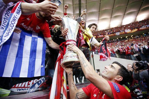 Záložník José Antonio Reyes se podělil o trofej i s fanoušky Sevilly.