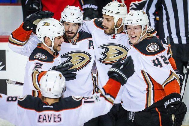 Hokejisté Anaheimu jsou prvními postupujícími do 2. kola play off NHL.