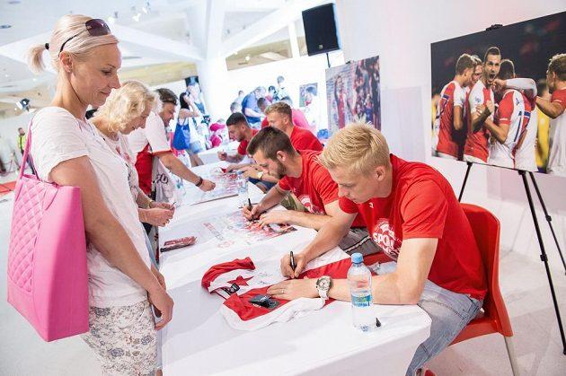 Por podpisy nových fotbalových mistrů ze Slavie si přišla i řada fanynek. Právě se jedné z nich podepisuje Michal Frydrych a také Michael Lüftner, jenž ale brzy z Edenu odejde na zahraniční angažmá.