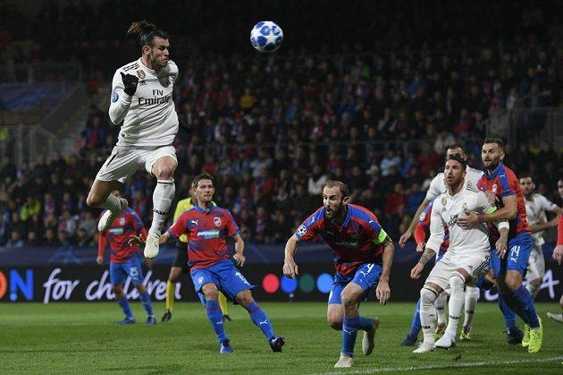 e výskoku Gareth Bale z Realu, uprostřed Roman Hubník z Plzně.