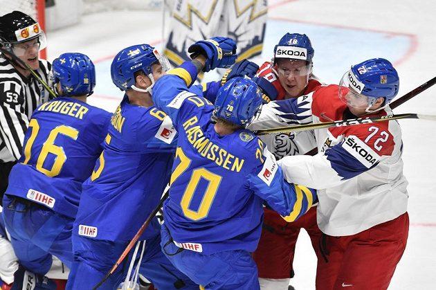 V potyčce (zleva) Švédové Marcus Krüger, Adam Larsson a Dennis Rasmussen a čeští hráči Ondřej Palát a Filip Chytil.