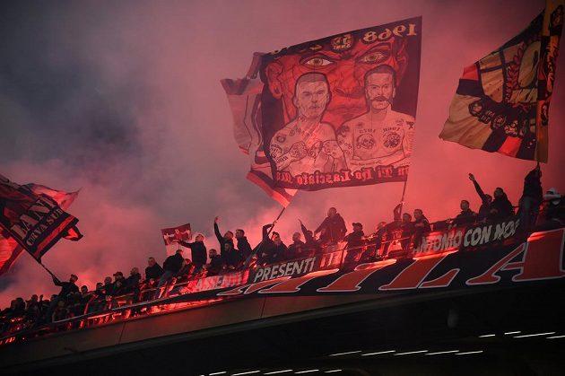 Atmosféra při milánském fotbalovém derby byla pořádně bouřlivá.