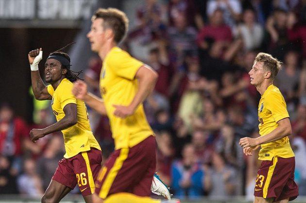 Costa (vlevo) oslavuje se spoluhráči úvodní gól Sparty proti Thunu.
