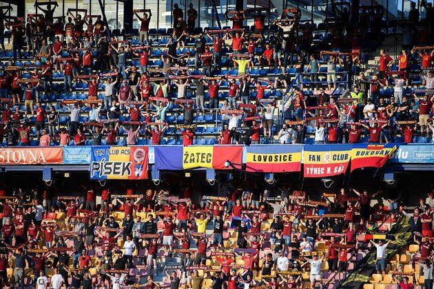 Téměř plná tribuna po uvolňování opatření fanoušků během utkání ve skupině o titul v rámci nadstavby Fortuna ligy mezi Spartou a Baníkem Ostrava.