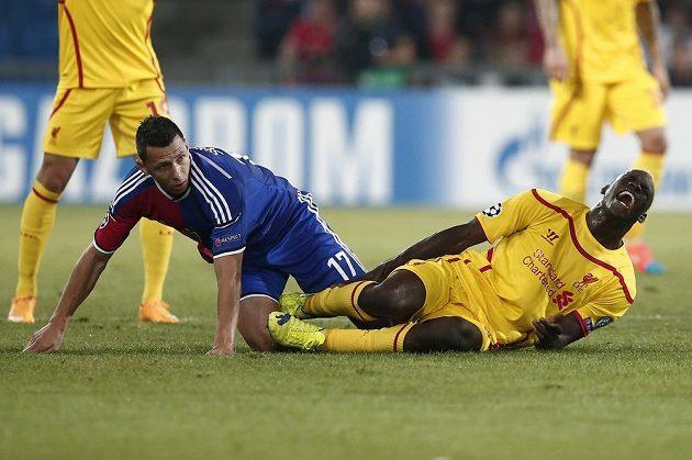 Stoper Basileje Marek Suchý a liverpoolský útočník Mario Balotelli během utkání Ligy mistrů.