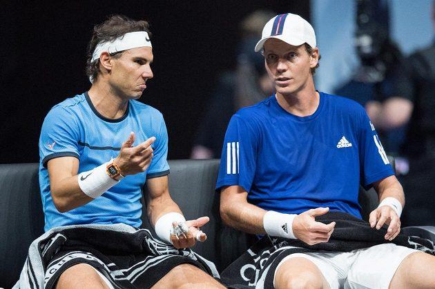 Rafael Nadal (vlevo) a Tomáš Berdych během čtyřhry s Jackem Sockem a Nickem Kyrgiosem v rámci Laver Cupu.