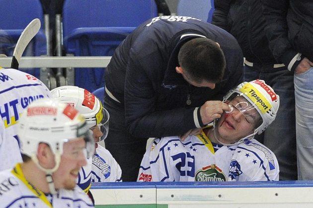 Puk, který vlétl na střídačku, zranil Jana Wasserbauera z Brna.