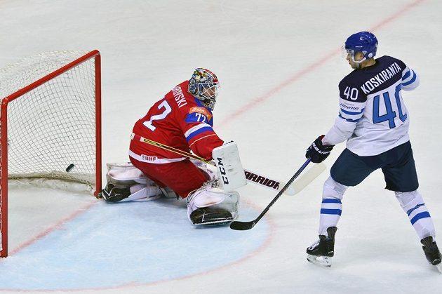 Fin Jarno Koskiranta se snaží překonat ruského brankáře Sergeje Bobrovského v semifinále MS v Moskvě.
