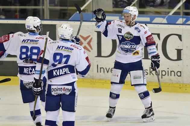 Jan Štencel (vpravo) oslavuje se spoluhráči z Komety gól vstřelený Liberci.